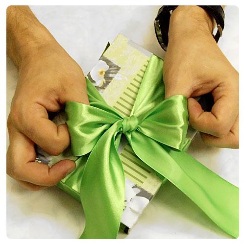 Как сделать бант из ленты на подарок